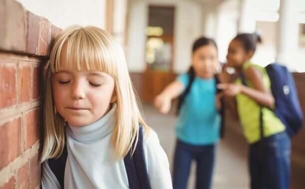 Une petite fille subissant le harcèlement scolaire