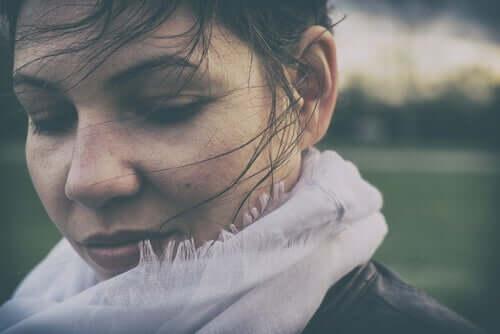 Une femme qui pense à l'absence de peur