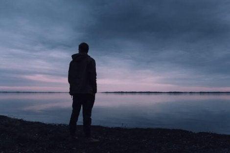 Un homme triste face à la mer souffrant d'une dépression non soignée