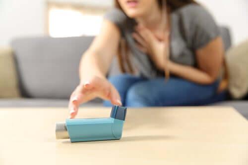 Une femme en pleine crise d'asthme