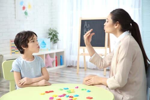 Une orthoponiste parlant à un enfant