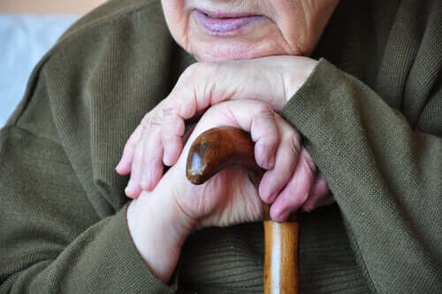 Une personne âgée attristée du fait du syndrome du coucher de soleil