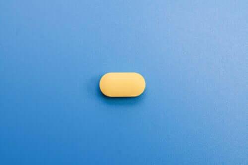 Une pilule jaune sur fond bleu
