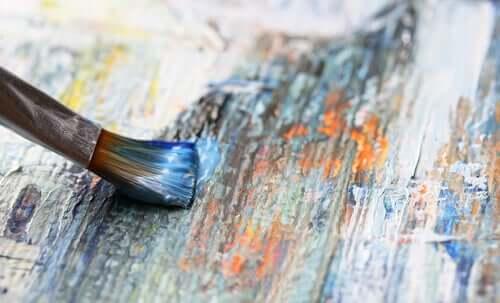 Un pinceau sur du bois