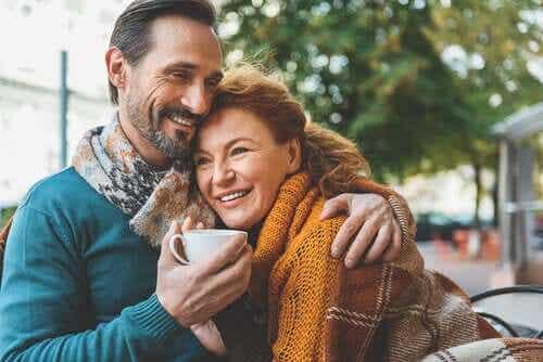 Tomber amoureux après 50 ans : une aventure de haut vol