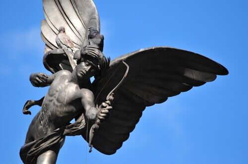 Une statue de Cupidon