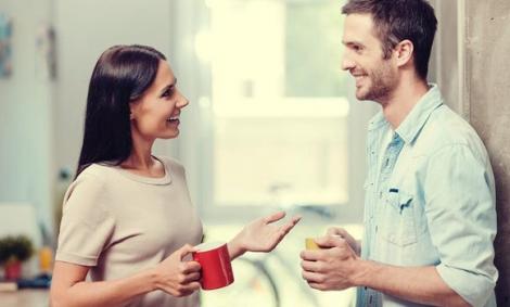 Deux personnes parlent de la sapiosexualité