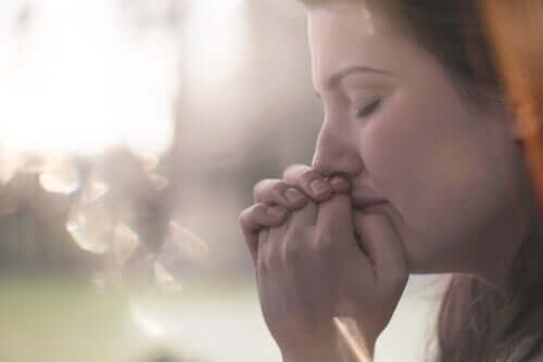 Une femme anxieuse face à l'accouchement victime de tocophobie