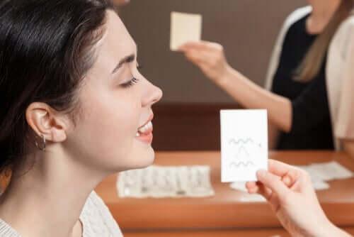 Une femme présentant le syndrome de l'accent étranger qui apprend à prononcer