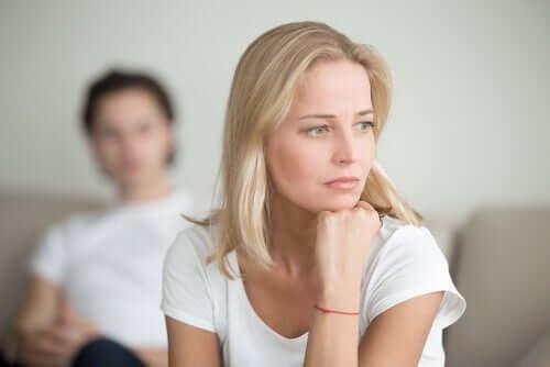 Une femme en train de penser à la théorie polyvagale