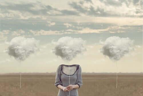 Une femme avec la tête dans les nuages