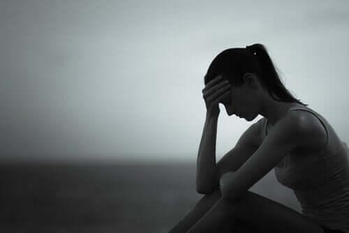 Une femme triste à cause d'un persécuteur