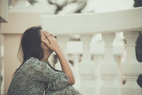 Une femme qui a peur de souffrir