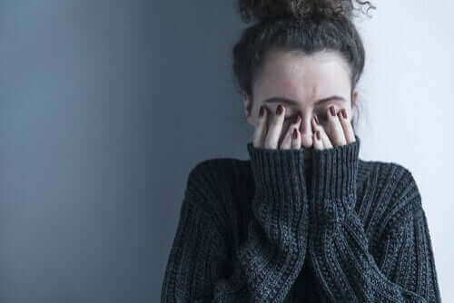 Une femme touchée par la schizophrénie