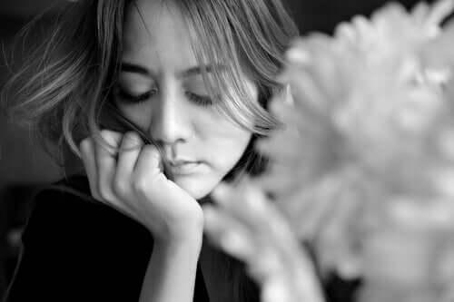 Une femme triste qui pense au passé