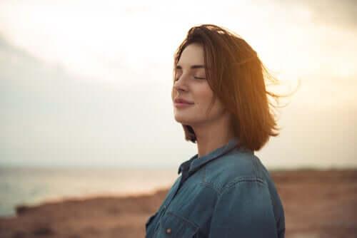 Une femme profite du soleil les yeux fermés