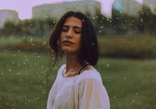 Une femme ayant des expériences extracorporelles