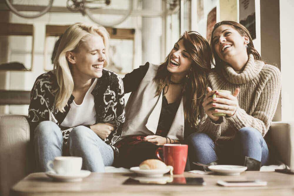 Trois femmes qui rient grâce à l'ocytocine