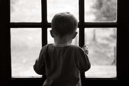 Un petit garçon touché par la dépression infantile