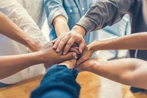 Des mains jointes représentant la cohésion de groupe