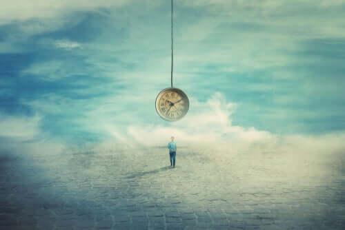 Un homme face à une horloge