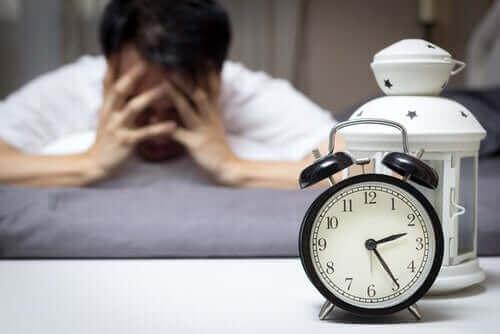 Un homme souffrant d'insomnie