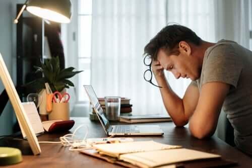 Une homme victime de la fatigue au travail