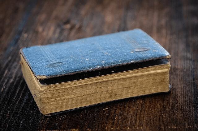 Un livre ancien fermé