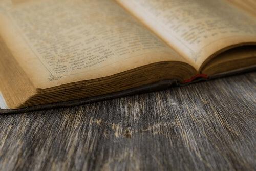 Un livre ancien ouvert