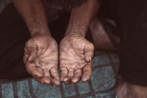 Des mains demandent l'aumône et les services sociaux