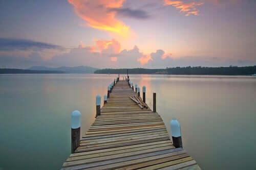 Un ponton sur un lac représentant le calme