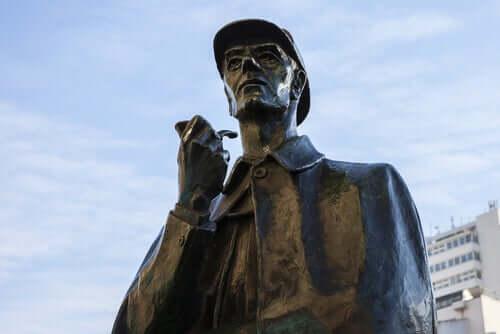Une statue de Sherlock Holmes, personnage créé par Arthur Conan Doyle