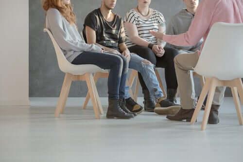 Des personnes assistent à une thérapie de groupe dans le cadre de la réhabilitation psychosociale