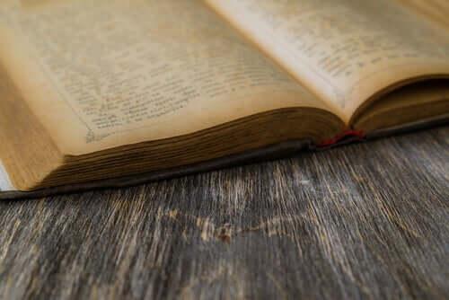 Un vieux livre ouvert