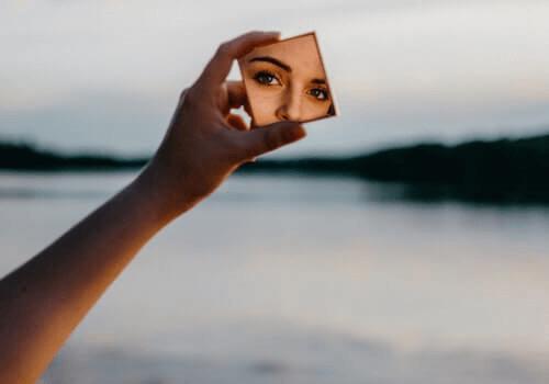 Les yeux d'une femme dans un miroir