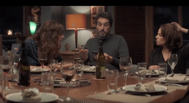 Une scène du dîner du film Le Jeu