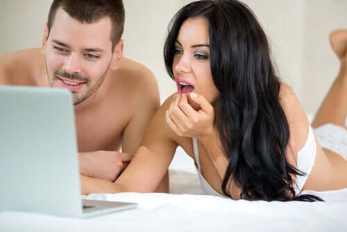 Un couple regardant de la pornographie