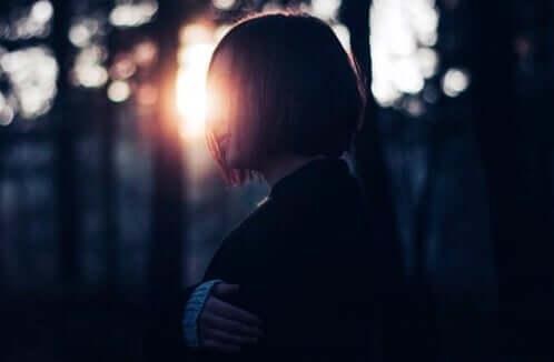 Une femme dans l'obscurité
