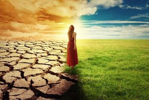Une femme de dos devant commencer de nouvelles étapes