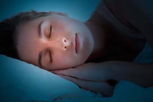 Dans quelle mesure le cerveau travaille-t-il lorsque nous dormons ?
