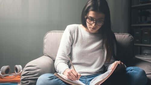 Une femme ayant des techniques d'étude