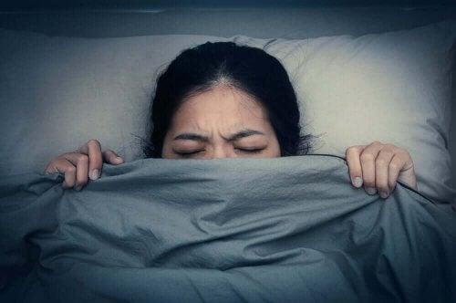 Une femme faisant un cauchemar pouvant être aidée par la thérapie par répétition d'imagerie mentale