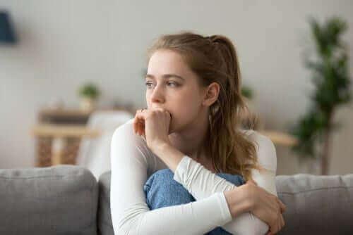 Une femme qui est en train de réfléchir à l'intelligence multifocale