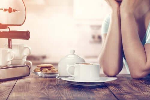 Une femme prenant son petit-déjeuner