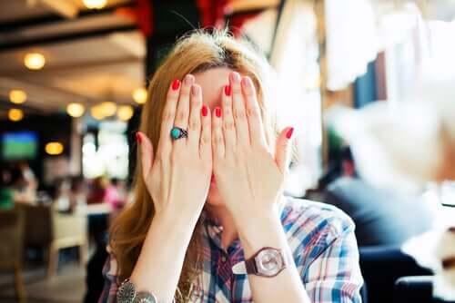 Une femme qui se cache le visage