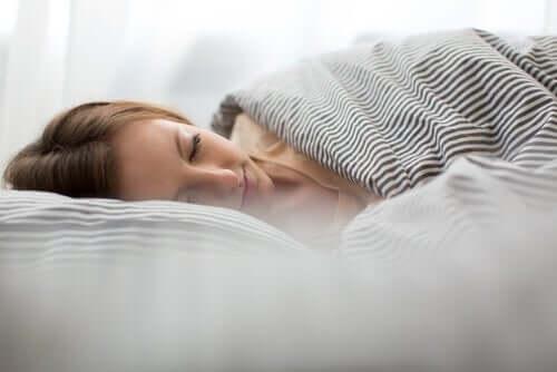 Une femme ayant une bonne hygiène du sommeil
