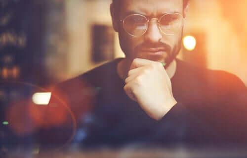 Un homme réfléchissant à la curiosité