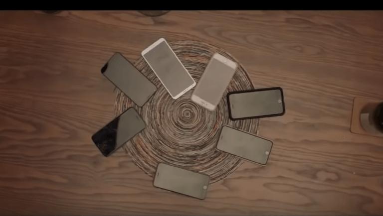 Des smartphones sur une table