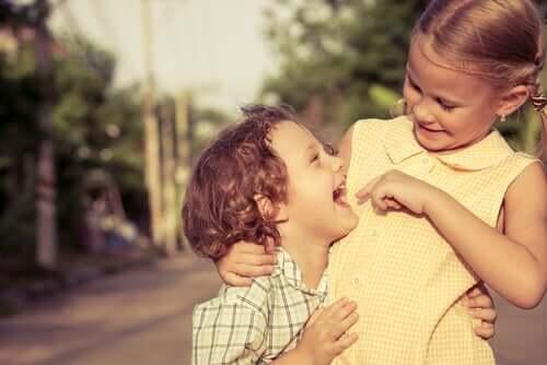 Une soeur et un frère ensemble