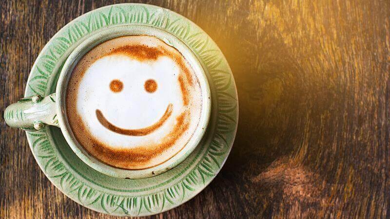 L'humour représenté par un sourire dans une tasse de café